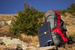 Der Sonnenkollektor auf dem Rucksack Stockbild