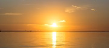 Der Sonnenuntergang über dem Finnischen Meerbusen Lizenzfreie Stockbilder
