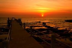 der Sonnenuntergang über Meer im Phi-Phi Stockbild