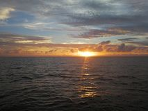 Der Sonnenuntergang auf dem Meer stockfoto