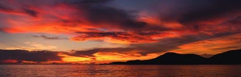 Der Sonnenuntergang auf dem Meer, goldene Stunde auf dem Meer lizenzfreies stockbild
