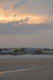 Der Sonnenuntergang auf dem Strand Lizenzfreie Stockfotos