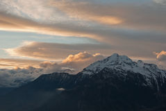 Der Sonnenuntergang in den Alpen-Bergen Lizenzfreie Stockfotografie