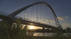 Der Sonnenuntergang der Mondbrücke am Abend Lizenzfreie Stockfotografie