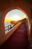 Der Sonnenuntergang, der von Cova angesehen wird, d'en Xoroi in Menorca-Insel, Spanien. lizenzfreie stockfotografie