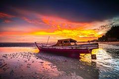 Der Sonnenuntergang hinter einem Boot Stockbild