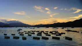 Der Sonnenuntergang in Hong Kong, das Pavillon badet stock video