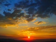 Der Sonnenuntergang ist viele Farben und schön fantastisch stockfoto
