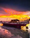 Der Sonnenuntergang und das Aboat Lizenzfreie Stockfotografie