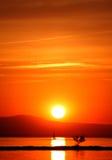 Der Sonnenuntergang und das Segelboot Stockfotografie