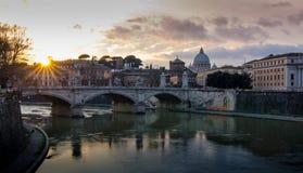 Der Sonnenunterganghimmel mit der Ansicht von Rom Stockfoto