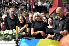 Der späteste Geschäftsreisender und ein junger ukrainischer Verteidiger Roman Ily Stockbild