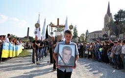 Der späteste Geschäftsreisender und ein junger ukrainischer Verteidiger Roman Ily Lizenzfreies Stockfoto