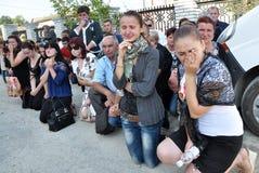 Der späteste Geschäftsreisender und ein junger ukrainischer Verteidiger Roman Ily Stockfotografie