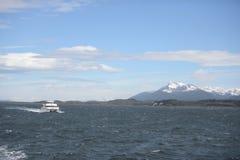 Der Spürhundkanal, der die Hauptinsel des Archipels von Tierra del Fuego und von Beiliegen der Süden der Insel trennt Stockfotografie