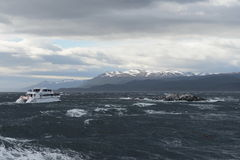 Der Spürhundkanal, der die Hauptinsel des Archipels von Tierra del Fuego und von Beiliegen der Süden der Insel trennt Lizenzfreie Stockfotografie