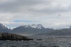 Der Spürhundkanal, der die Hauptinsel des Archipels von Tierra del Fuego und von Beiliegen der Süden der Insel trennt Lizenzfreie Stockfotos