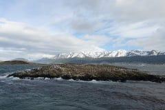 Der Spürhundkanal, der die Hauptinsel des Archipels von Tierra del Fuego und von Beiliegen der Süden der Insel trennt Stockfotos
