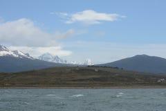Der Spürhundkanal, der die Hauptinsel des Archipels von Tierra del Fuego und von Beiliegen der Süden der Insel trennt Lizenzfreies Stockfoto