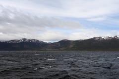 Der Spürhundkanal, der die Hauptinsel des Archipels von Tierra del Fuego und von Beiliegen der Süden der Insel trennt Lizenzfreies Stockbild