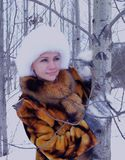 Der Spaßmodellglücklichen menschen des Winters einer Waldder naturpark-Kleidungs Personenmode des Gesichtes lächelnder Mantelwint Stockbilder
