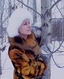 Der Spaßmodellglücklichen menschen des Winters einer Waldder naturpark-Kleidungs Personenmode des Gesichtes lächelnder Mantelwint Stockfoto