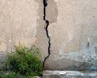 Der Spalt in der alten Betonmauer Stockbild