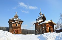 Der Spasskaya-Retter ` s Turm von Stadt Ilimsk Stockaded, 1667-jährigem von errichtet und von Kirche der Ilimsk-Festung, 1679-jäh Lizenzfreies Stockbild