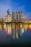 Der Spiegel des Gebäudes vom allgemeinen Park Bangkoks Stockfoto