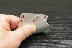 Der Spieler überprüft die Karten, die er von der Hand erhielt Lizenzfreies Stockfoto