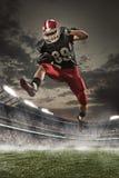 Der Spieler des amerikanischen Fußballs in der Aktion Stockbilder