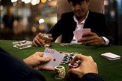 Der Spieler verwendete Psychologie, indem er Wetten für drohenden Rivalen addierte Lizenzfreies Stockfoto