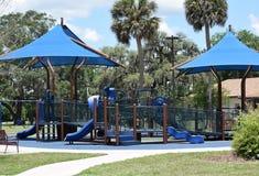 Der spielplatz der Kinder oder Kinderan unserem lokalen Park Lizenzfreies Stockfoto