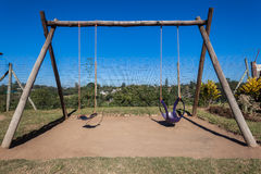 Der Spielplatz der Kinder schwingt Fotorezeptor-Schule Stockbild