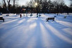 Der Spielplatz eines Parks bedeckt im Schnee lizenzfreie stockfotografie