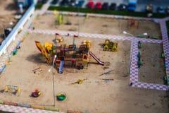 Der Spielplatz der Kinder mit verschiedenen Arten des Schwingens Neigung-Schiebefoto lizenzfreies stockfoto