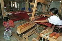 In der spinnenden Mühle, die guatemaltekische indische Frauen bearbeitet Stockbilder
