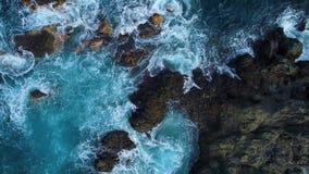 Der Spitze Ansicht unten von Wellen und von clifs stock video