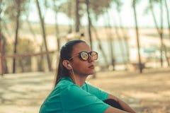 Der Sportkleidung des jungen Mädchens tragende hörende Musik lizenzfreie stockfotos