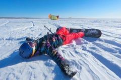 Der Sportler auf einem Snowboard lässt Drachen laufen Lizenzfreie Stockfotos