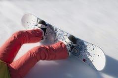 Der Sportler schiebt vom Berg auf einem Snowboard Stockfotos