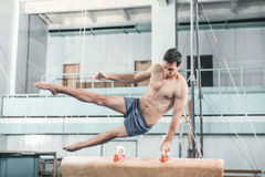 Der Sportler während der schwierigen Übung, Sportgymnastik Stockbilder