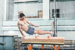 Der Sportler während der schwierigen Übung, Sportgymnastik Stockbild
