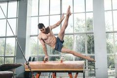 Der Sportler während der schwierigen Übung, Sportgymnastik Stockfotos