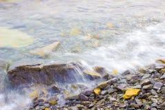 Der Spray durchgebrannt von den Wellen Lizenzfreie Stockfotos