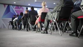 Der Sprecher sagt der Rede bei der Konferenz stock footage
