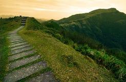 Der Sprungbrettfußweg, der über einem Hügel in eine Märchenbuchlandschaft auf dem Taoyuan-Tal führt, schleppen in Taiwan Stockbild