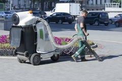 Der städtische Service macht saubere Pflasterungen Lizenzfreie Stockfotografie