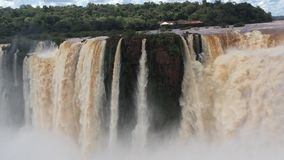 Der stärkste Fluss 'der Kehle des Teufels 'in der Kaskade von Wasserfällen im Nationalpark Iguazu in Nord-Argentinien stock video footage