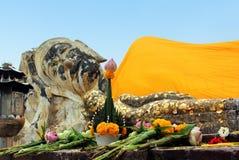 Der stützende Buddha bei Wat Lokaya, Suthram stockfotos